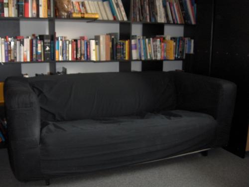 ausrangiertes Stoffsofa