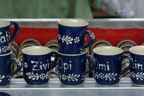 Drei Tassen mit der Aufschrift Zivi, Opi, Omi